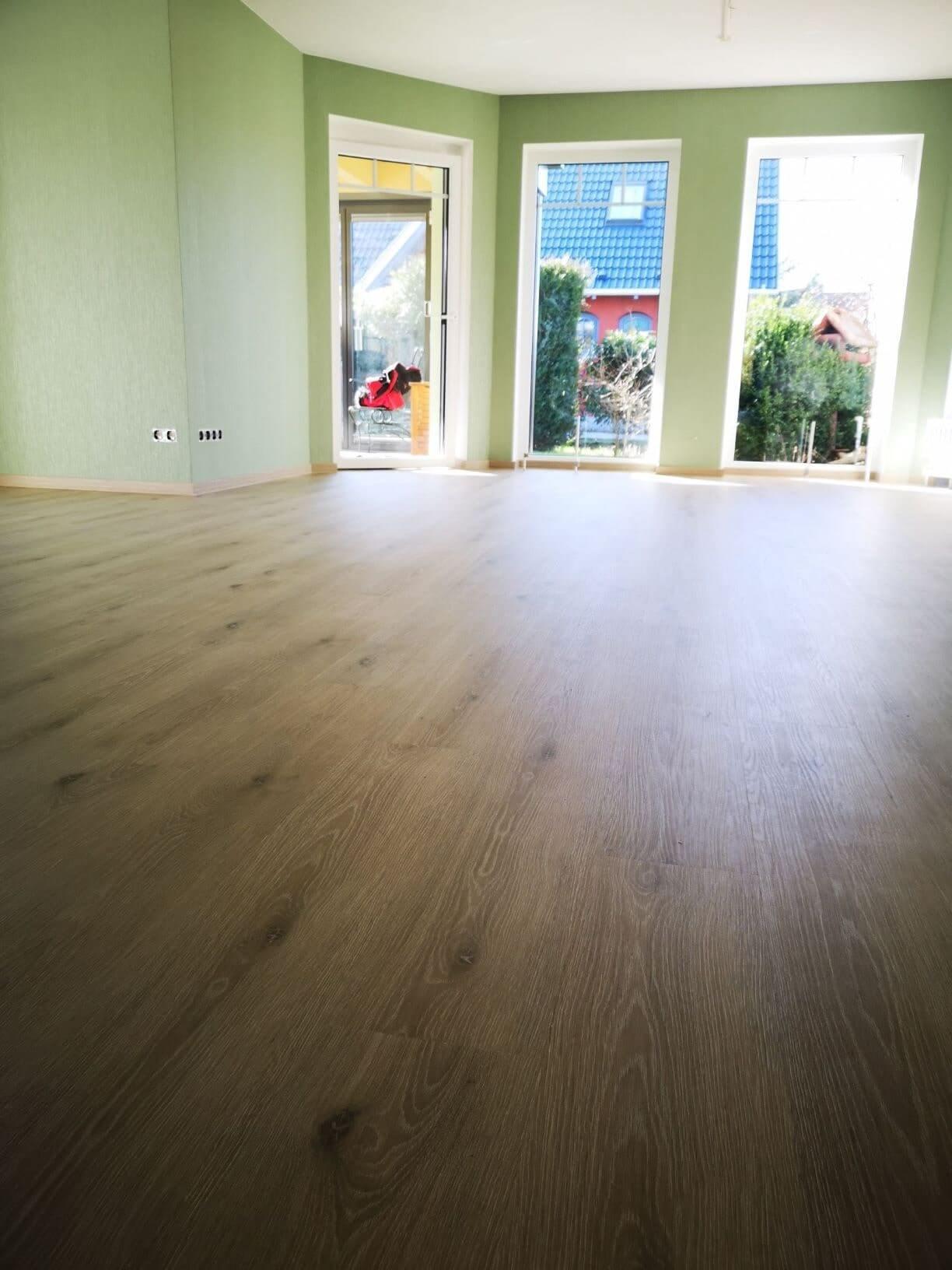 Wohnzimmer Wände und Bioboden fertiggestellt